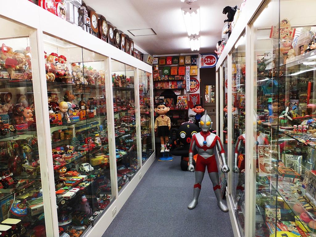 ギャラリー「タイムズ・スクエア」では、ブリキのおもちゃを中心にペコちゃんやウルトラマン、ダッコちゃんなどを数千点ほど展示しています